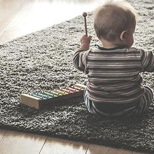 To ćwiczenia muzyczno-ruchowe, ściśle podporządkowane terapii logopedycznej. Bazują na oddziaływaniu na sferę słuchową, słuchowo-ruchową i ruchową dziecka.