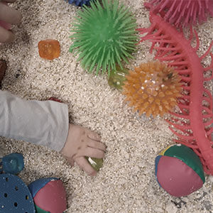 To zajęcia, na których poprzez zabawy i proste aktywności motoryczne stymulujemy wszystkie 7 zmysłów i wspieramy prawidłowy rozwój dzieci.