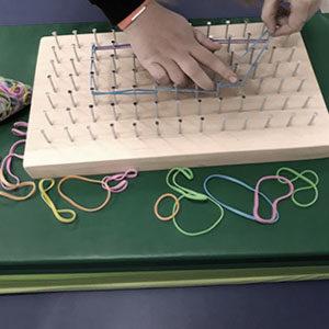 Celem jest usprawnienie kończyny górnej i doskonalenie ruchów precyzyjnych, w tym także przygotowanie ręki do ćwiczeń grafomotorycznych, a potem do funkcji pisania.